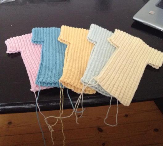 Små trøjer til for tidligt fødte i Afrika.