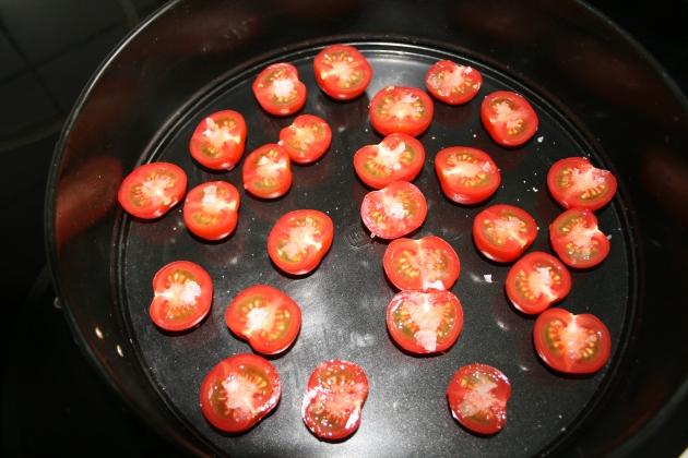 Semi dried tomater inden de kommes i ovnen.