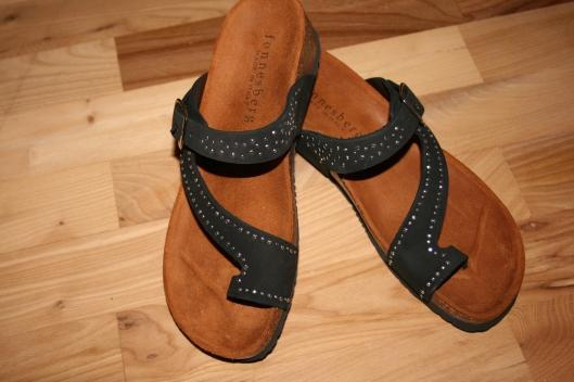Fonnesberg sandaler fra Italien.....de er super lækker at gå i og ret fede med de små sølv nitter.