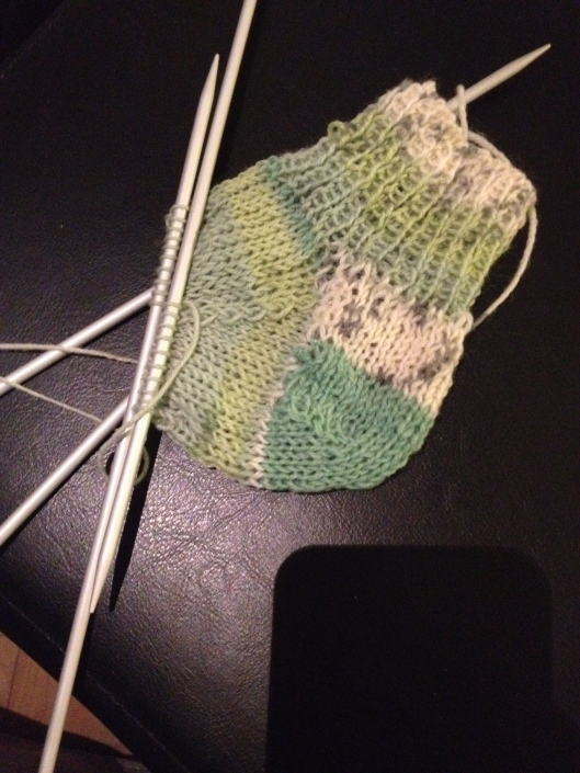 Første forsøg med at strikke sokker.