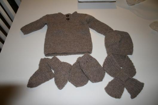 Babytrøje med tilbehør i Alpaka uld.