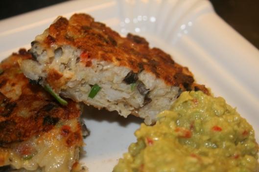 Ris fritte med rodfrogter i oven og guacamole.