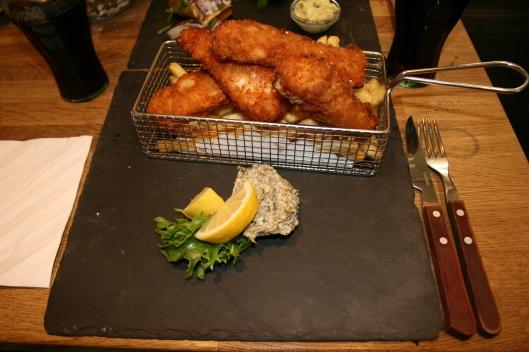 Fish'n Chips med hjemmelavet remolade. Super hyggelig måde at servere det på.