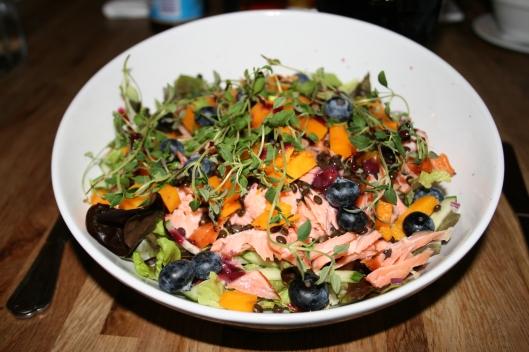 Min mad som var en salat med varmrøget laks, grøøe linser, blåbær, rødløg og butternut squash og mums siger jeg bare.