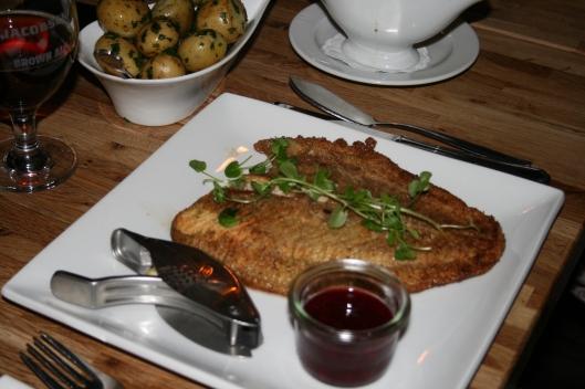 Svigersønnen valgte en helstegt rødspætte med persillekartofler, smørsauce og tyttebær.