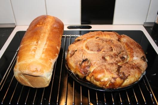 Hjemmebagt franskbrød og kæmpe kanel snegl.