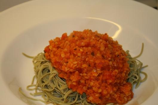 Edamame bønne pasta med grønsags pasta sauce. Vegansk udgave.