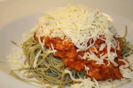 Edamame bønne pasta med grønsags pasta sauce. Vegetar udgave med ost.