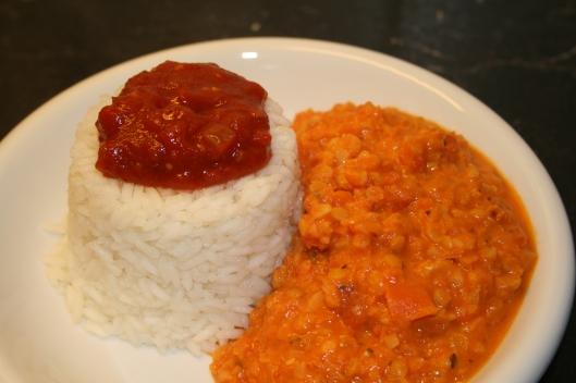 Ris ret med grønsagspasta sauce spiced up med fløde og salca.
