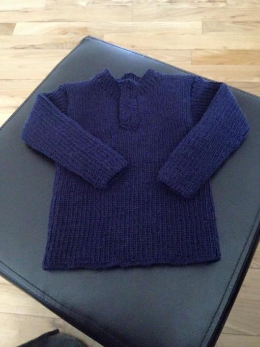 Hjemmestrikket uld trøje til barnebarnet.