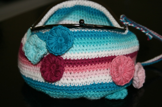 Lille taske med bøjlelukning.